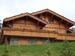 LUXUEUX CHALETS EN COURS DE CONSTRUCTION DANS LES ALPES SUISSES, VUE CERVIN